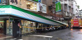 內湖區民權東路6段90巷全家招牌倒塌 翻攝畫面
