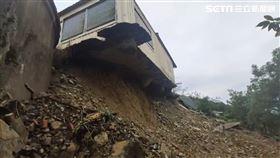 金針花山房屋擋土牆坍方。(圖/記者王浩原攝)