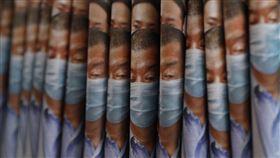 香港蘋果日報今日以黎智英遭捕為頭版。(圖/美聯社/達志影像)