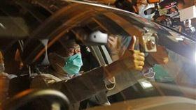 黎智英8月12日凌晨獲釋,以港幣50萬元交保外出,離開九龍旺角警署。(圖/美聯社/達志影像)