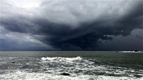 台灣東海岸海面雲層厚重 彷如電影場景颱風米克拉雖未直撲台灣,但在台灣東邊海域天氣瞬息萬變,11日下午2時過後,東海岸民眾幾乎都可看到東邊太平洋海面上出現一個陀螺型的厚重烏雲,雲下出現巨大雨瀑,奇景引起民眾議論,更有人驚嘆彷彿就像電影場景。(民眾提供)中央社記者盧太城台東傳真 109年8月11日