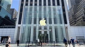 紐約疫情趨緩  第五大道蘋果門市復業紐約新型冠狀病毒疫情趨緩,蘋果公司門市隨經濟重啟恢復營業。圖為7月9日曼哈頓第五大道蘋果直營店景象。中央社記者尹俊傑紐約攝  109年7月31日