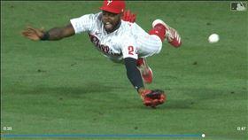 ▲費城人中外野手昆恩(Roman Quinn)撲接不成,對手跑出場內全壘打。(圖/翻攝自MLB官網)