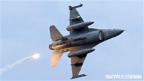 F16戰機實施炸射及施放熱焰彈。(記者邱榮吉/攝影)
