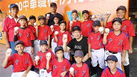 中職送11箱比賽用球,回饋花蓮基層棒球隊。(圖/中職提供)