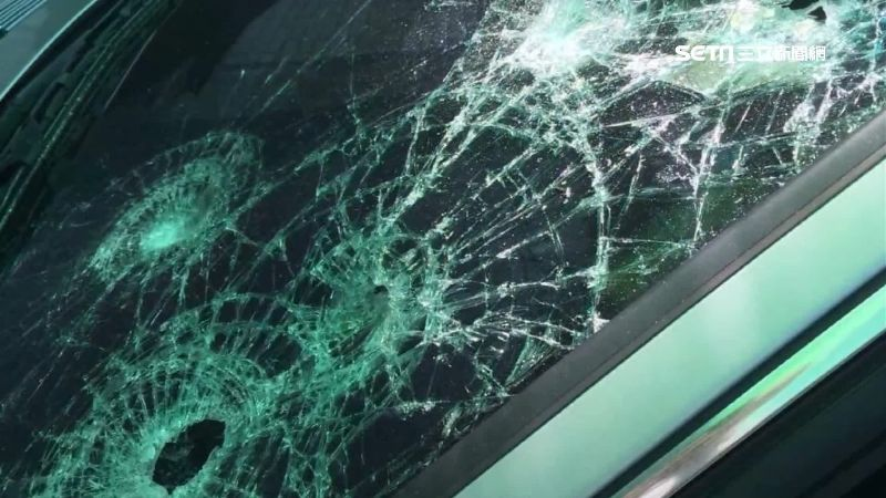 大7臨停香客大樓前 慘遭當街砸車