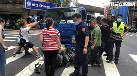 北市飲料店員遭貨車追撞卡車底,民眾扶車助他脫困。(圖/記者楊忠翰攝影)