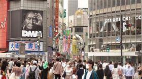 日本境內疫情延燒,截至8月13日晚間9時,8月死亡人數達64人,比7月的39人大幅上升,重症患者數也是一個月前的6倍。圖為東京澀谷車站前民眾戴口罩防疫。(中央社檔案照片)