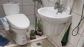 女租客馬桶丟1物 樓下浴室穢物狂噴(圖/翻攝自爆怨公社臉書)