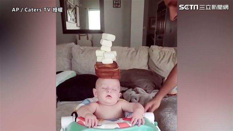父鬧熟睡兒 頭頂堆食物依舊不動如山