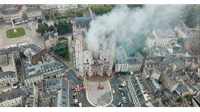 繼去年4月巴黎聖母院大火之後,日前羅亞爾河畔、南特市中心大教堂的滾滾濃煙,再次引發眾人關注。該案起火原因尚未明朗,法國政府已在調查,是否有人為縱火可能。