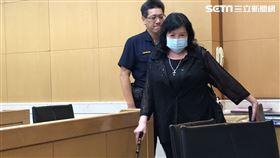 ▲鄭惠中交保離開北檢,被媒體詢問有無人教唆,她說是她爸爸教她討厭台獨。。(圖/記者楊佩琪攝)