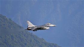 為漢光演習準備  F-16戰機升空漢光演習即將登場,空軍花蓮佳山基地1日清晨7時出動多架F-16戰機,每架掛載各2枚MK-84型2000磅通用炸彈,模擬轟炸敵登陸船團。(蘇姓民眾提供)中央社記者張祈傳真  109年7月1日