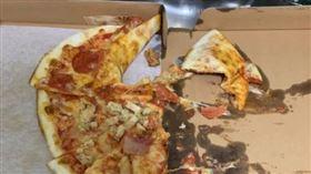 要求餐點送上樓!外送員1秒暴怒「摔爛披薩」走人…客看傻▲。(圖/翻攝自爆怨公社)