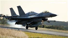 ▲新款F-16V戰機陸海空都能攻擊。(圖/記者邱榮吉攝影)