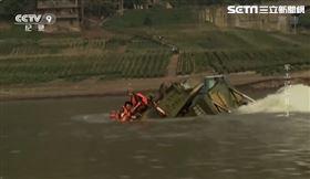 陸兩棲裝甲車下水糗沉入江 (圖/翻攝自CCTV軍工記憶II)