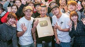 「木曜4超玩」以邰智源為首的主持人、泱泱、溫妮、 KID 、坤達。木曜4超玩臉書
