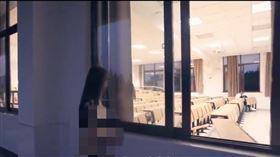 中國網友崩潰了…女模闖上海復旦裸拍(圖/擷取自A DensTinon Film影片)