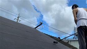 罹患口腔癌、大腸癌和食道癌的阿男努力裝修屋頂(陽光基金會提供)