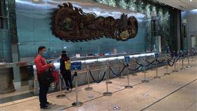 疫情未止 駐菲代表處大樓櫃檯空蕩蕩受武漢肺炎疫情影響,駐菲律賓代表處暫停領務服務,代表處所在大樓一樓櫃檯7月13日不見平時的服務人員。中央社記者陳妍君馬尼拉攝 109年8月18日
