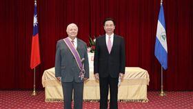 吳部長(右)與達比亞大使(左)合影(圖/外交部提供)