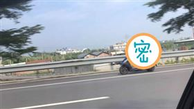 男子騎車姿勢引人注目。(圖/翻攝自爆廢公社臉書)