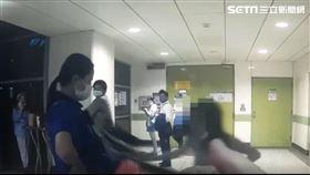 林姓女子在劍南捷運站借充電線遭拒,竟持包包攻擊員警。翻攝畫面
