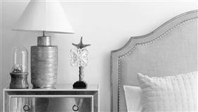 看見男友床頭櫃上的尿液,她每次都要崩潰。(圖/翻攝自pexels)