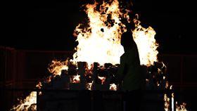 新加坡中元節燒冥紙祭拜好兄弟新加坡今年中元節少了傳統的歌台表演和福物競標活動,僅有祭拜儀式與燒冥紙,信徒們在友諾士(Eunos)地鐵站旁空地搭建的帳篷外燒冥紙祭拜「好兄弟」。中央社記者黃自強新加坡攝 109年8月19日