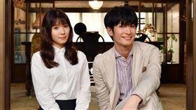 三浦春馬與松岡茉優首度也是最後一次合作。(圖/翻攝自《錢的盡頭是愛情的開始》推特)
