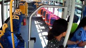 女司機被婦人揪著衣袖。(圖/翻攝自梨視頻)