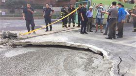 板橋驚傳路基掏空導致建物倒塌。(圖/新北市工務局提供)