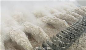 破天荒!三峽大壩迎「史上最大洪峰」 首次開啟11孔洩洪 圖翻攝自人民日報微博 https://weibo.com/2803301701/JgKL7DvCm?refer_flag=1001030103_&type=comment#_rnd1597897810996