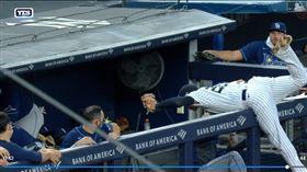 ▲洋基三壘手阿謝拉(Gio Urshela)對手板凳區接殺飛球。(圖/翻攝自MLB官網)