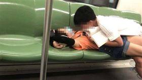 男生直接將頭埋進女友胸部磨蹭。(圖/翻攝自上海攻略君微博)
