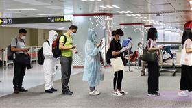 台北飛往上海  民眾防疫裝束各不同乘客擔心在搭機過程中染疫,有人搭機前身著包覆性高的防護衣、有人穿隔離衣或雨衣,更多人只是戴上帽子和護目鏡,度過僅約90分鐘的台北上海航程。圖為20日在台北松山機場,排隊搭乘飛往上海的乘客。中央社記者張淑伶攝  109年8月21日