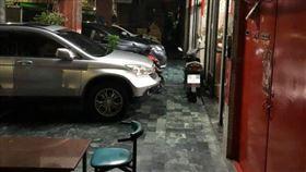 停車見無頭粉紅人影吊掛 他嚇到漏尿(圖/翻攝自爆怨公社臉書)