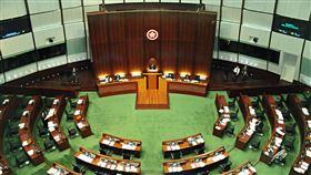 港泛民即便總辭  仍難阻擋延任立法會開議香港公民黨立法會議員楊岳橋指出,即便泛民主派議員總辭,建制派議員席次仍足夠召開會議,質疑總辭並無法杯葛議事。圖為2019年11月議事中的香港立法會。中央社記者沈朋達香港攝  109年8月17日
