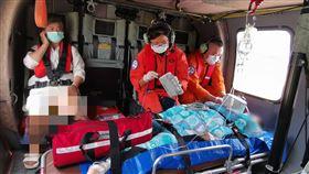 女綠島浮潛上岸突昏迷 後送台東搶救一名曾姓婦女在綠島浮潛後上岸,卻忽然昏迷,且心跳休止,經空勤總隊黑鷹直升機後送至台東就醫,院方表示,目前曾婦已恢復心跳但仍昏迷,在加護病房觀察。(空勤總隊提供)中央社記者盧太城台東傳真 109年8月22日