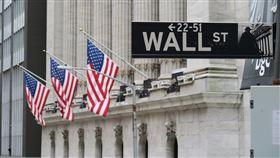 疫情憂慮再起  美股道瓊指數暴跌1861點美股當地時間11日因投資人擔憂疫情捲土重來而重挫,道瓊工業指數暴跌1861點,創近3個月來最糟表現。圖為華爾街路標與紐約證券交易所。中央社記者尹俊傑紐約攝  109年6月12日