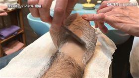 ▲師傅先在手上塗抹類似刮鬍泡的產品。(圖/理容師チャンネル 授權)