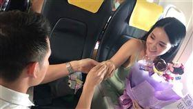 何姓旅客捧著鮮花及求婚戒指 唱著Marry Me向女主角跪下求婚。(圖/華信提供)