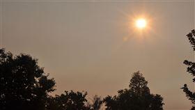 彷如住在火星上 舊金山灣區空污嚴重舊金山灣區矽谷四周都被森林野火包圍,煙塵造成當地的天空呈現灰黃色,太陽則為巨紅色,有民眾形容「彷彿住在火星上」。中央社記者周世惠舊金山攝 109年8月25日