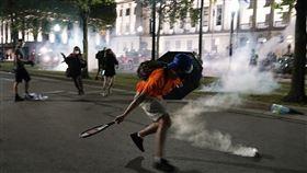 ▲基諾沙市(Kenosha)示威者第2天與警察的對抗衝突。(圖/美聯社/達志影像)
