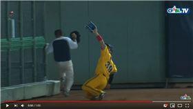 ▲詹子賢界外區滑接沒收飛球。(圖/翻攝自CPBLTV)