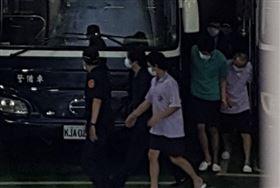 ▲黃琪(深色衣)起訴後坐著囚車抵達台北地方法院,知道有媒體拍攝,還特意躲在其他被告身旁。(圖/翻攝畫面)