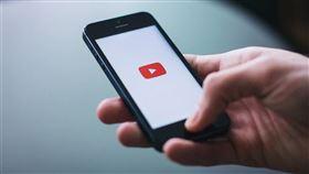 YouTube黃標政策遭創作者質疑限制言論及創作自由,YouTube大中華區策略合作夥伴資深總監陳容歆25日解釋,黃標只是一種營利政策。(圖取自Pixabay圖庫)