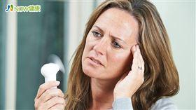 名家專用/NOW健康/更年期因女性荷爾蒙的關係,部分女性會產生一些不適症狀,包括熱潮紅、心悸、盜汗、偏頭痛,以及頻尿、漏尿、尿失禁、尿道發炎、性交疼痛。(勿用)