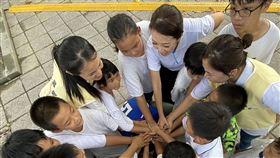 頂新和德文教基金會副執行長蕭巧怡為躍愛課輔班孩子們加油打氣