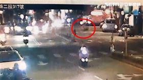 婦人,過馬路,機車,車禍,無照,台北